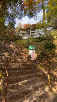 リフト乗り場まで階段